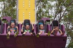 狂欢节乘驾的女孩在公平的状态 免版税库存图片