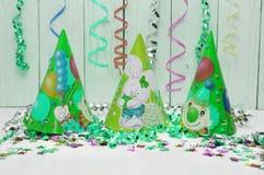 狂欢节党的贺卡 帽子和蜡烛在白色背景 免版税库存图片
