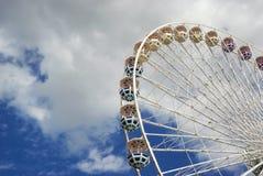 狂欢节在蓝色狡猾的弗累斯大转轮与云彩 免版税库存图片