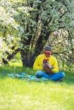 狂欢节太阳镜的快乐的人使用与他滑稽的狗 库存图片