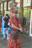 狂欢节妇女礼服的人在骄傲游行 库存图片