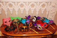 狂欢节屏蔽威尼斯式 在桌上的党面具 库存照片