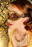 狂欢节屏蔽的美丽的女孩 免版税库存图片