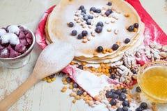 狂欢节庆祝,可口薄煎饼特写镜头,用一株新鲜的蓝莓和海鼠李,樱桃蜂蜜 免版税库存照片