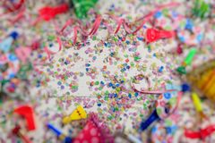 狂欢节或生日聚会 五彩纸屑和蛇纹石在木背景,迷离框架 图库摄影