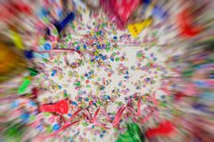 狂欢节或生日聚会 五彩纸屑和蛇纹石在木背景,速度迷离框架 图库摄影