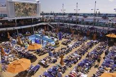 狂欢节晒日光浴巡航的池 免版税库存照片