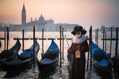 狂欢节服装的人有长平底船的 免版税图库摄影