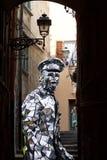 狂欢节服装的人,走在sanremo胡同 库存图片