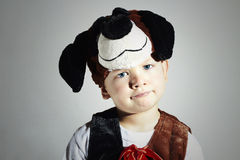 狂欢节服装的滑稽的小男孩 狗 化妆舞会 孩子 万圣节 图库摄影
