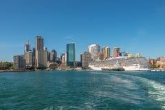 狂欢节精神游轮在悉尼巡航终端靠了码头 免版税库存照片
