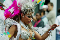 狂欢节舞蹈演员小山伦敦notting的街道 免版税库存照片