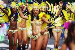 狂欢节舞蹈演员小山伦敦notting的街道 库存图片