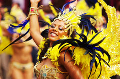 狂欢节舞蹈演员小山伦敦notting的街道 免版税图库摄影