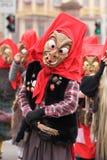 狂欢节队伍在曼海姆,德国,传统木面具 库存照片