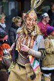 狂欢节队伍在有五颜六色的costums的巴伐利亚 免版税库存照片