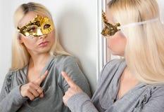 狂欢节面具反射的妇女在镜子 库存照片