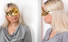 狂欢节面具反射的妇女在镜子 免版税库存图片