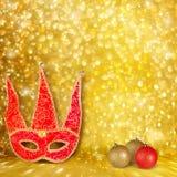 狂欢节面具和一个红色圣诞节球 免版税图库摄影
