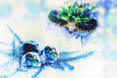 狂欢节面具在圣诞树玩具被反射 免版税库存图片