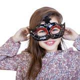 狂欢节面具的微笑的小女孩 免版税图库摄影