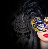 狂欢节面具的美丽的女孩与红色嘴唇 免版税图库摄影