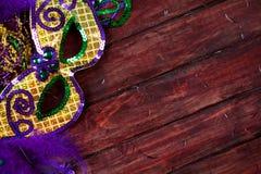 狂欢节:花梢用羽毛装饰的和闪光金属片的党面具 库存照片