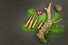 狍鹿角和针 狩猎需要销售  对狩猎期的邀请 做广告在狩猎弹药筒 库存照片