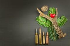 狍鹿角和针 狩猎需要销售  对狩猎期的邀请 做广告在狩猎弹药筒 免版税库存图片