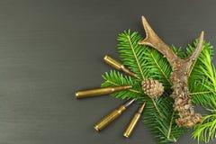 狍鹿角和针 狩猎需要销售  对狩猎期的邀请 做广告在狩猎弹药筒 免版税库存照片