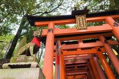 狐狸在fushimi inari taisha寺庙的标志雕象石雕塑  免版税图库摄影