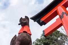 狐狸在fushimi inari taisha寺庙的标志雕象石雕塑  免版税库存照片