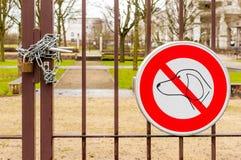 狗不允许标志并且锁了有关闭的公园门 免版税库存照片