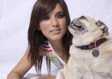 狗俏丽的哈巴狗妇女 免版税库存照片