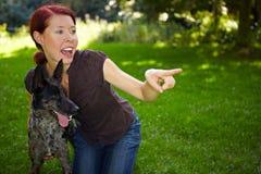 狗公园出头的女人 免版税库存图片