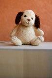 狗减速火箭的被充塞的玩具 免版税库存图片