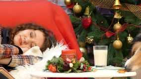 狗吃肝脏并且在一个睡觉的女孩旁边喝牛奶 股票录像