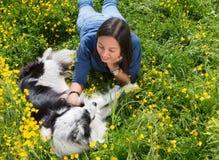 狗和女孩放松 免版税图库摄影