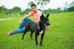 狗和所有者在公园 免版税库存照片