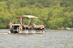 狗在前边装饰的浮船小船在第4的7月游行 库存照片