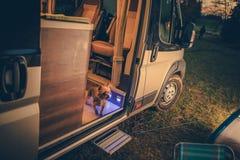 狗在露营者货车 免版税库存照片