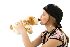 狗女孩亲吻玩具年轻人 免版税库存照片