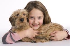 狗女孩她小的宠物 库存照片