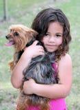 狗女孩她拥抱 免版税图库摄影