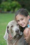 狗女孩她的宠物 库存照片