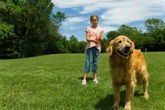 狗女孩年轻人 免版税图库摄影