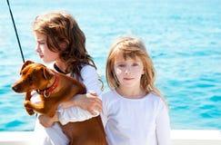 狗女孩开玩笑海运姐妹 图库摄影