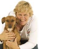 狗年长的人妇女 库存照片