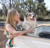 狗微笑的妇女年轻人 免版税库存照片