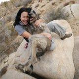 狗拥抱的女孩她 库存图片